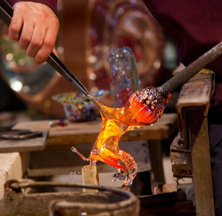 Из чего же делают стекло, и как люди научились его изготавливать